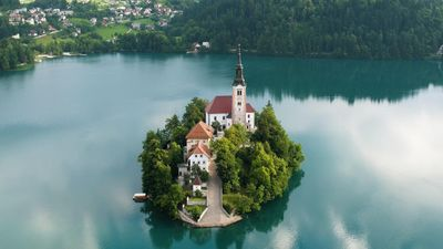 Nhà thờ nhiều huyền thoại giữa hồ nước xanh ngọc lục bảo ở Slovenia