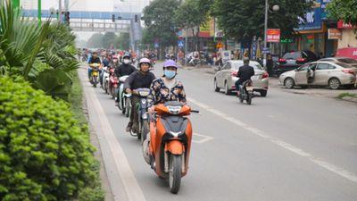 Hà Nội: Né tắc, xe máy nối nhau đi ngược chiều bất chấp nguy hiểm