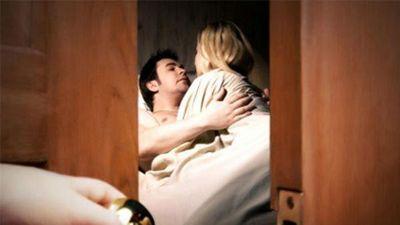 Bất ngờ về nhà, vợ cay đắng thấy chồng 'tòm tem' với ôsin