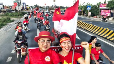 CĐV Hải Phòng đốt pháo sáng trên đường đến Hà Nội