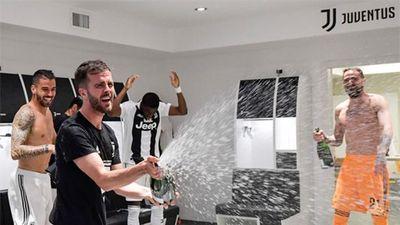 Dàn sao Juventus quẩy tưng bừng trong phòng thay đồ mừng cúp vô địch