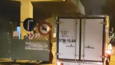 Chạy vào đường cấm, xe cứu hộ 112 kéo xe tải ép người đi xe máy