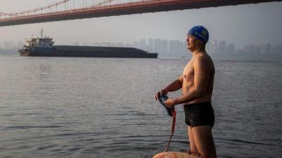 CEO Trung Quốc 11 năm bơi qua sông để đi làm