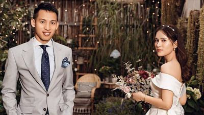 Đỗ Hùng Dũng tình tứ hôn cô dâu trong ngày vui trăm năm