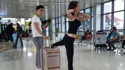Đôi trai gái thu hút sự chú ý khi tập gym ở phòng chờ sân bay
