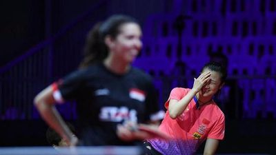 Tay vợt nữ Trung Quốc đỏ mặt khi phát hiện quên mặc váy lúc khởi động