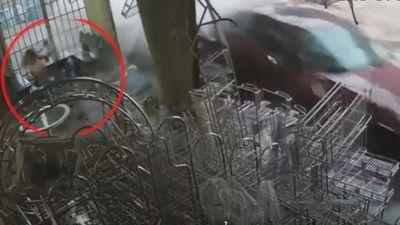 Xe điên lao vào tận nhà, người đàn ông thoát nạn trong gang tấc