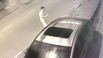Người đàn ông dùng búa đập vào ôtô giữa đêm khuya