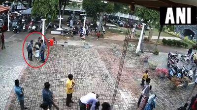 Kẻ đánh bom Sri Lanka xoa đầu bé gái trước khi nổ tung thân mình