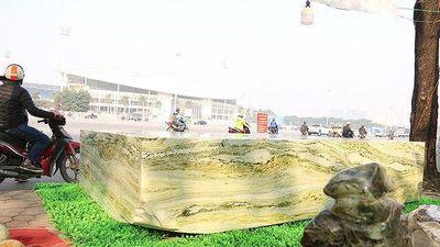 Cận cảnh sập đá ngọc nguyên khối nặng hơn chục tấn, giá 2,6 tỷ ở Yên Bái