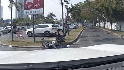 Xe máy va chạm với ôtô khiến tài xế ngã lộn vòng xuống đất