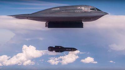 Mỹ khoe máy bay tàng hình B-2 ném bom xuyên boongke dọa Iran