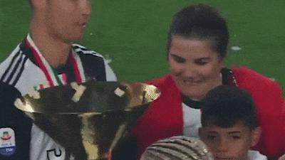 Ronaldo đập cúp Serie A vào đầu con trai trong lễ ăn mừng