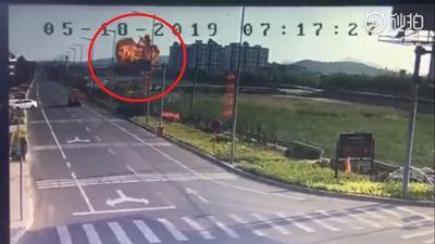 Cường kích JH-7 Trung Quốc lao xuống đất nổ tung