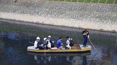 Lấy mẫu giám định nước sông Tô Lịch sau 3 ngày lắp máy nano công nghệ Nhật