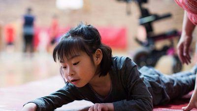 Cô bé mất 6 năm để học ngồi vì mắc bệnh thế giới chỉ có 300 người
