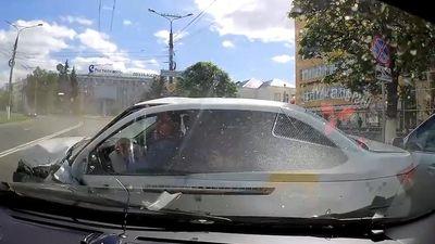 SUV mất lái ở tốc độ cao khiến nhiều ôtô trên phố 'vạ lây'