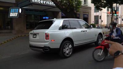 Siêu xe Rolls-Royce Cullinan hơn 40 tỷ đồng chạy trên phố Hà Nội