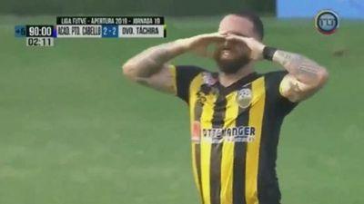 Cầu thủ khóc khi ghi bàn loại đội của bố