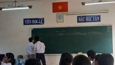 Thầy giáo và học trò chơi cờ caro ngay trên bảng