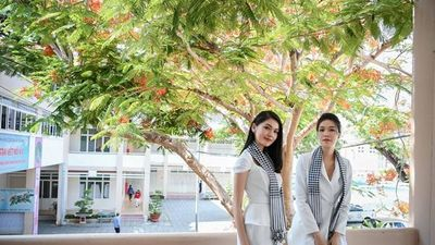 Hoa hậu, Á hậu Thùy Dung nhớ về thời học sinh, khoe dáng dưới hàng phượng vĩ đỏ rực rỡ