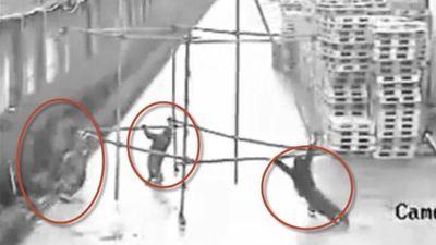 Clip 3 người tử nạn, 1 người chết đi sống lại vì đẩy khung sắt chạm dây điện cao thế