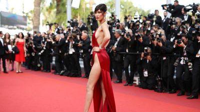 CLIP: Bella Hadid diện váy hở bạo dự LHP Cannes