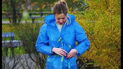 Clip: Biến túi nhựa bỏ đi thành áo mưa 'chất phát ngất'