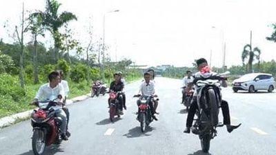 CLIP: Nam thanh niên 'bốc đầu' xe máy khi chạy trước đoàn rước dâu và cái kết đầy đau đớn