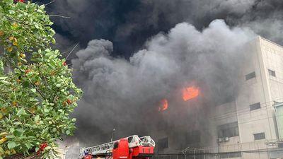 Clip: Cháy lớn khu công nghiệp ở Bình Dương, khói đen cuồn cuộn hàng chục mét