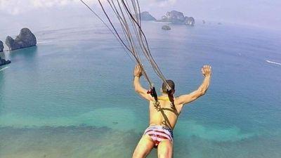 Thử thách kinh dị - gắn móc sắt vào lưng nhảy dù từ vách núi
