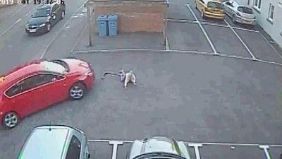 Kinh hoàng xe ô tô bất thình lình cuốn bé gái vào gầm