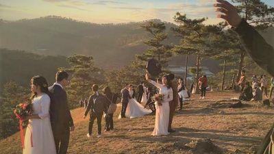 Cô dâu chú rể chen chúc chụp ảnh cưới ở 'đồi uyên ương' Đà Lạt