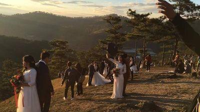 Cô dâu chú rể chen chút chụp ảnh cưới ở 'đồi uyên ương' Đà Lạt