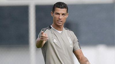 Ronaldo solo ghi bàn từ giữa sân trong buổi tập của Juventus
