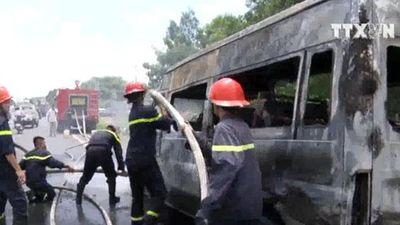 Xe khách đang chạy thì bốc cháy, 1 người chết 2 người bị thương