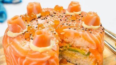 'Chơi lớn' làm sushi cá hồi phiên bản bánh sinh nhật