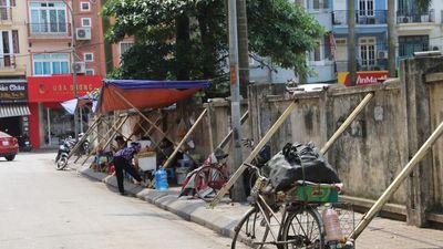 Dân Hà Nội liều mình ngồi uống trà bên bức tường sắp đổ