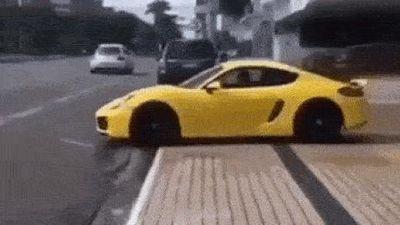 Phô diễn khả năng lái xe, Porsche Cayman cắm đầu vào biển hiệu