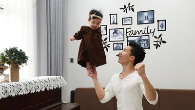 Quốc Nghiệp tung clip làm xiếc với con gái 6 tháng tuổi