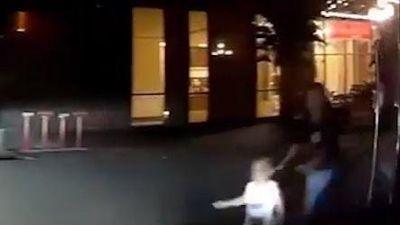 Đứa trẻ đột ngột băng qua đường ngay trước đầu xe ôtô