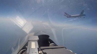 B-52H bốc cháy sau khi Su-27 áp sát, Mỹ im lặng