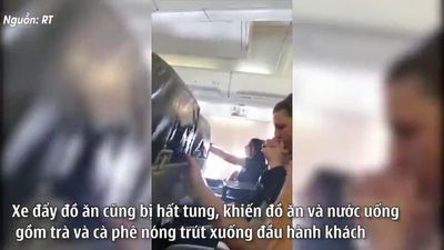 Máy bay rung lắc dữ dội khiến hành khách văng khỏi ghế