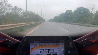 CLIP: 'Lạnh gáy' chứng kiến cảnh biker phóng xe gần 290km/h trên đại lộ Thăng Long