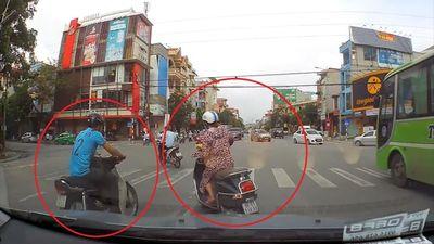 Rẽ không quan sát, nữ tài xế vô tư tạt đầu xe máy