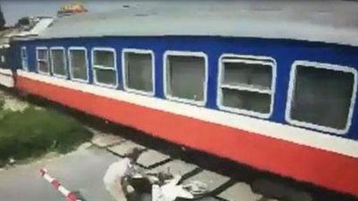 CLIP: Liều mạng vượt đường ray, nam thanh niên suýt mất mạng