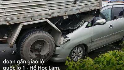 5 ôtô tông liên hoàn ở Sài Gòn, giao thông ùn ứ nhiều km