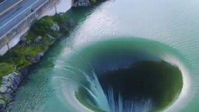 CLIP: Khám phá sự thật bất ngờ về xoáy nước khổng lồ tại một hồ nước ở Mỹ