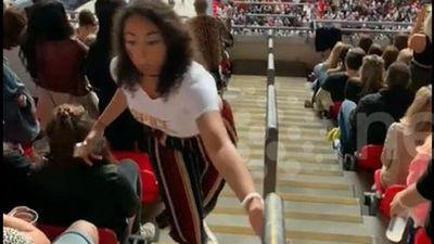 Bật cười với cú ngã của cô gái nhún nhảy trên khán đài sân vận động