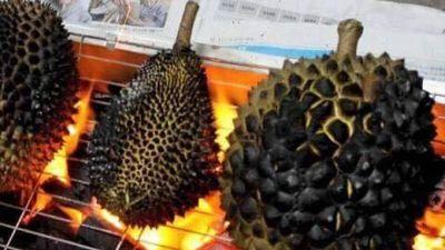 Sầu riêng nướng cháy đen trên lò than, món ngon ở chợ đêm Thái